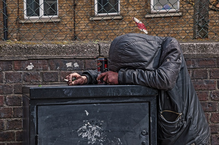 Tramp_Homeless_Houseless_Vagabond_Street_People_Vagrant_Acqualung_Disposessed_Itinerants_Derelicts_Drifters_Hoboes_Bumps_Barbone_Vagabondo_Girovago_Pezzente_Senza_Tetto_Senzatetto_Old_Underground_Station_London_East_London_England_United_Kingdom_VB